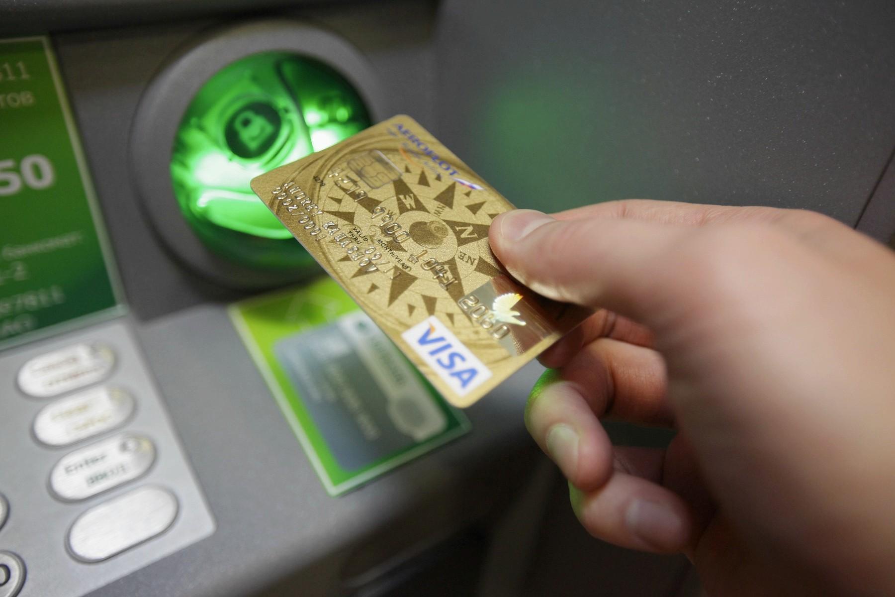 Снятие денег в банкомате Сбербанка